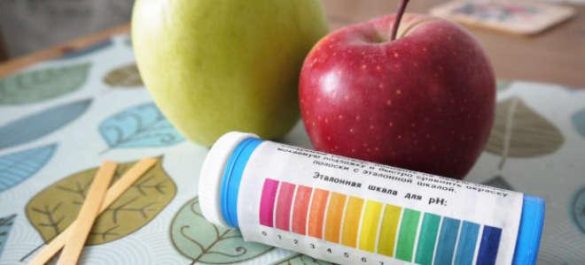Измерение pH зеленого и красного яблока