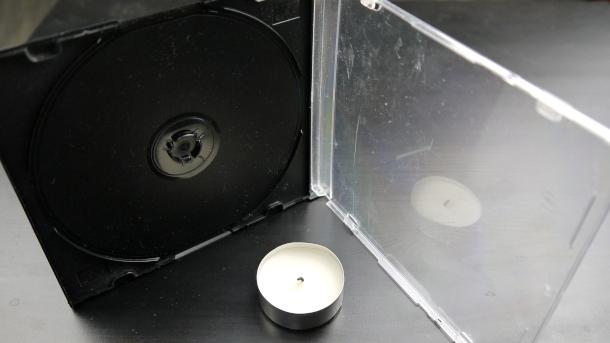 Отражение свечи в прозрачной крышке