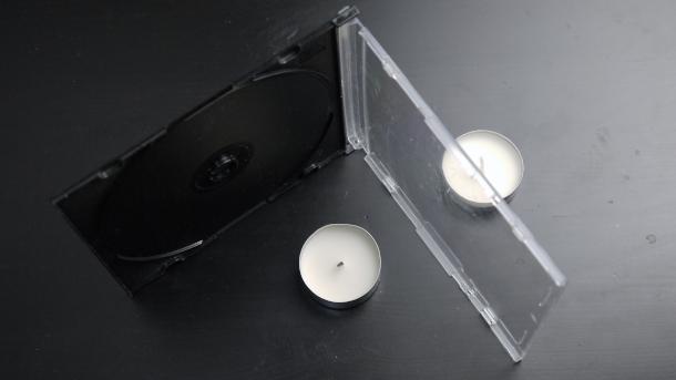 Свеча расположена за футляром вид сверху