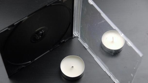 Свеча расположена за футляром