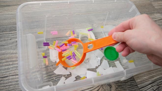 Кусочки пластика на поверхности воды