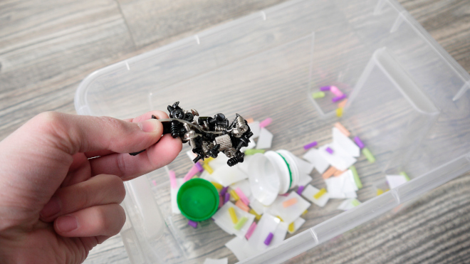Магнит с металлическим мусором